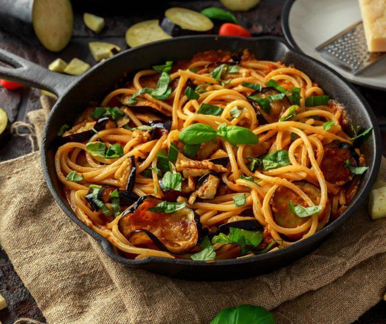 Νηστίσιμη μακαρονάδα με σάλτσα λαχανικών της Αργυρώς Μπαρμπαρίγου