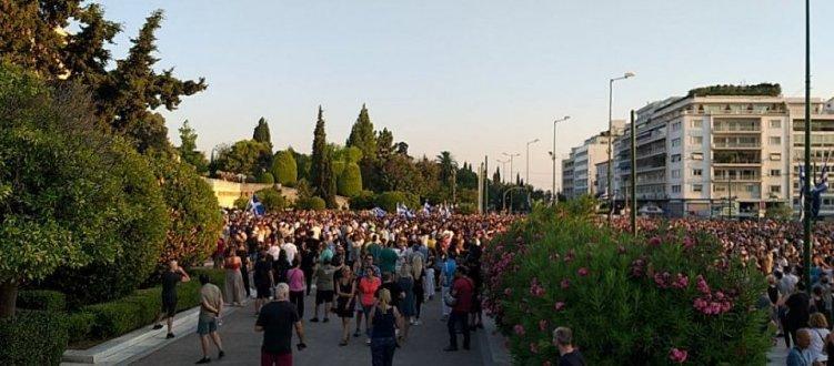 Θεσσαλονίκη: «Όχι» στον υποχρεωτικό εμβολιασμό είπαν υγειονομικοί έξω από το ΑΧΕΠΑ